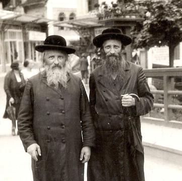 Reb Yissocher Berish Ber with Herschel (Hissikover) in Luhaschowitz.jpg