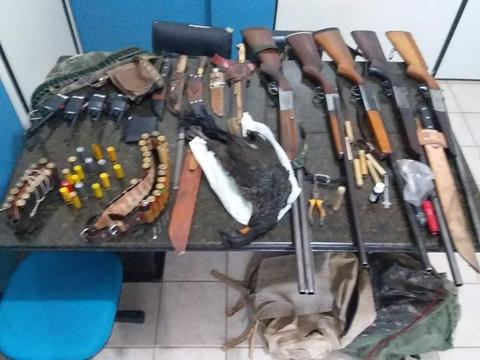 PRF prende dois caçadores com espingardas, cachorros e um jacu abatido