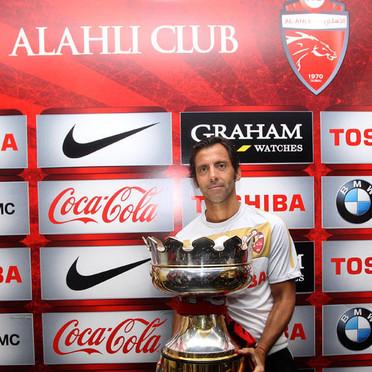 Quique Sánchez Flores, con la Copa ganada con el Al Ahli