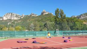 Méditation sur le terrain de tennis.