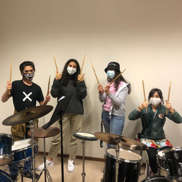 Drumles op het UWC, kijk hoe de leerlingen lachen.