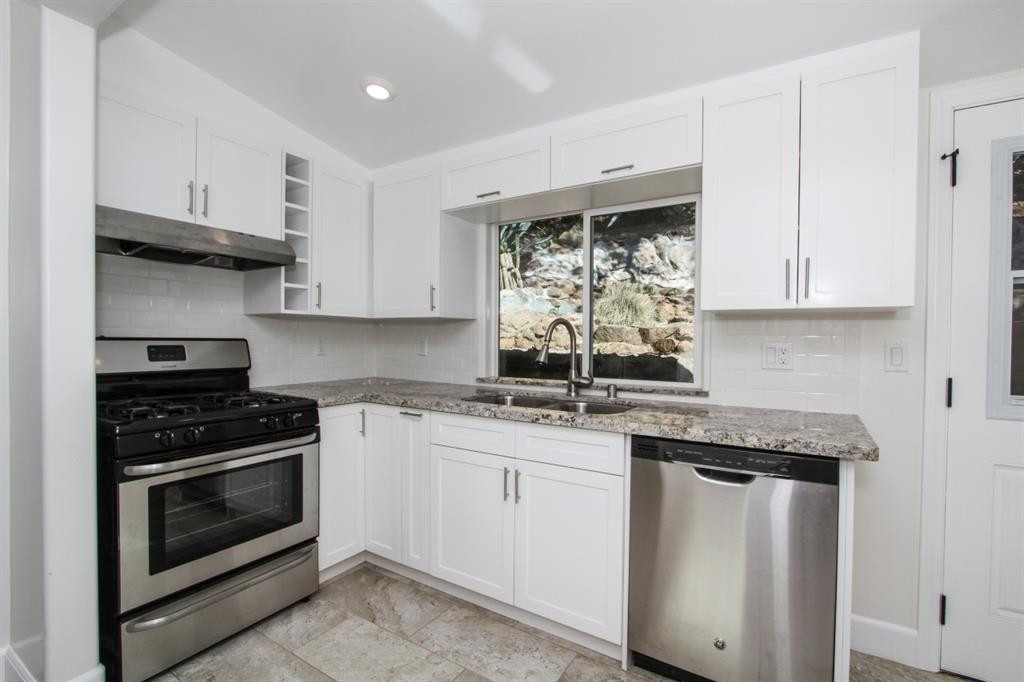 15575 Oakvale Kitchen 2 .JPG