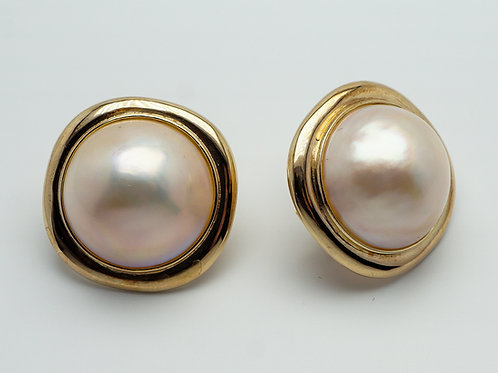 14 karat yellow gold mobe' pearl earrings