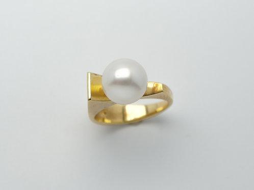 18 karat yellow gold pearl ring