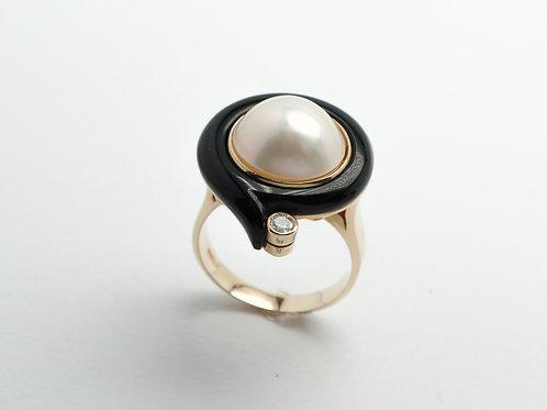 14 karat yellow gold pearl, black onyx and diamond ring