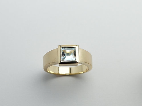 14 karat yellow gold blue topaz ring