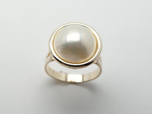 14 karat yellow gold Mabe' pearl ring