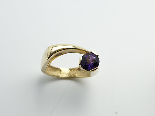 18 karat yellow gold amethyst ring
