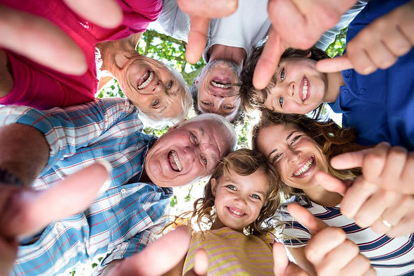 famiglia-sorridente-che-sta-un-cerchio-6