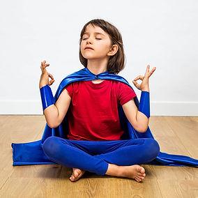 fiero-supereroe-bambino-che-pratica-yoga
