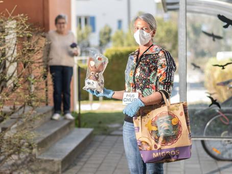 Unsere Jolanda übergibt unserer hundertsten Bestellerin ein kleines Ostergeschenk und die Einkäufe.