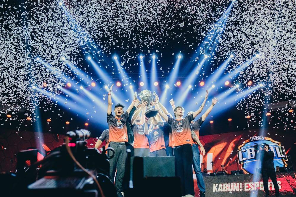 Kabum recebe o troféu pela conquista (Foto: Divulgação/Riot)