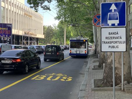 Pe str. Pușkin  a fost aplicat marcajul galben, care delimitează banda dedicată transportului public