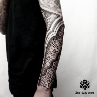 graphique géométrique mandala ornementale dotwork blackwork nantes black project tattoo ben gicqueau tatouage bras arm geometric graphic ornemental blackout