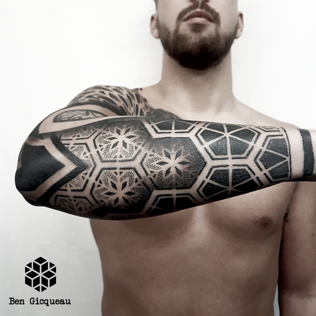 graphique géométrique mandala ornementale dotwork blackwork nantes black project tattoo ben gicqueau tatouage bras arm geometric graphic ornemental blackout