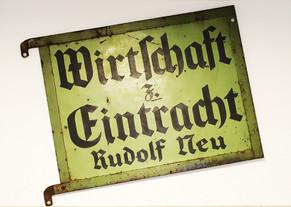 Wirtschaftschild von Rudolf Neu: Heute hängt es im Eingangsbereich der Wirtschaft.