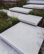Tuin met zwevende betonstructuren