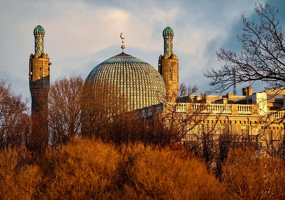 La mezquita es capaz de albergar hasta 5.000 personas simultáneamente.