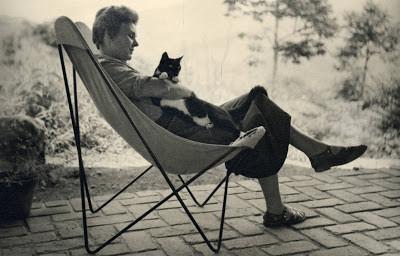 Elizabet Bisohp con su gato Tobias - 1954
