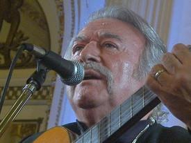 El músico Naldo Labrín, recuerda a su amigo César Isella.