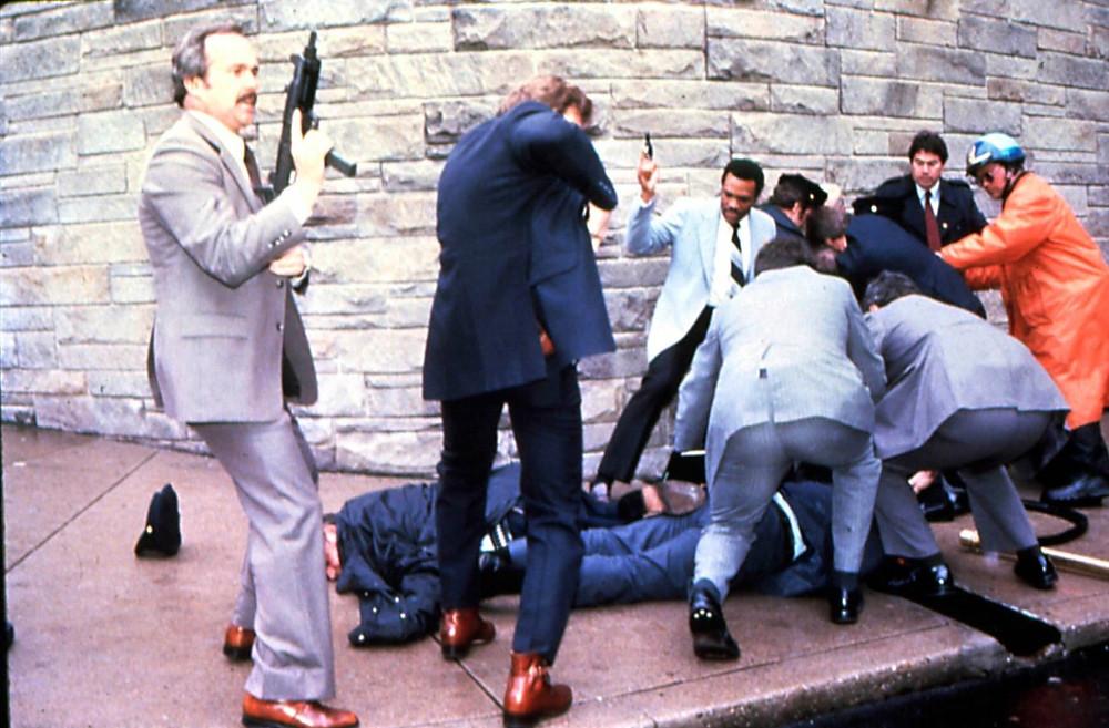 Momento en que detienen al atacante de Ronald Reagan.