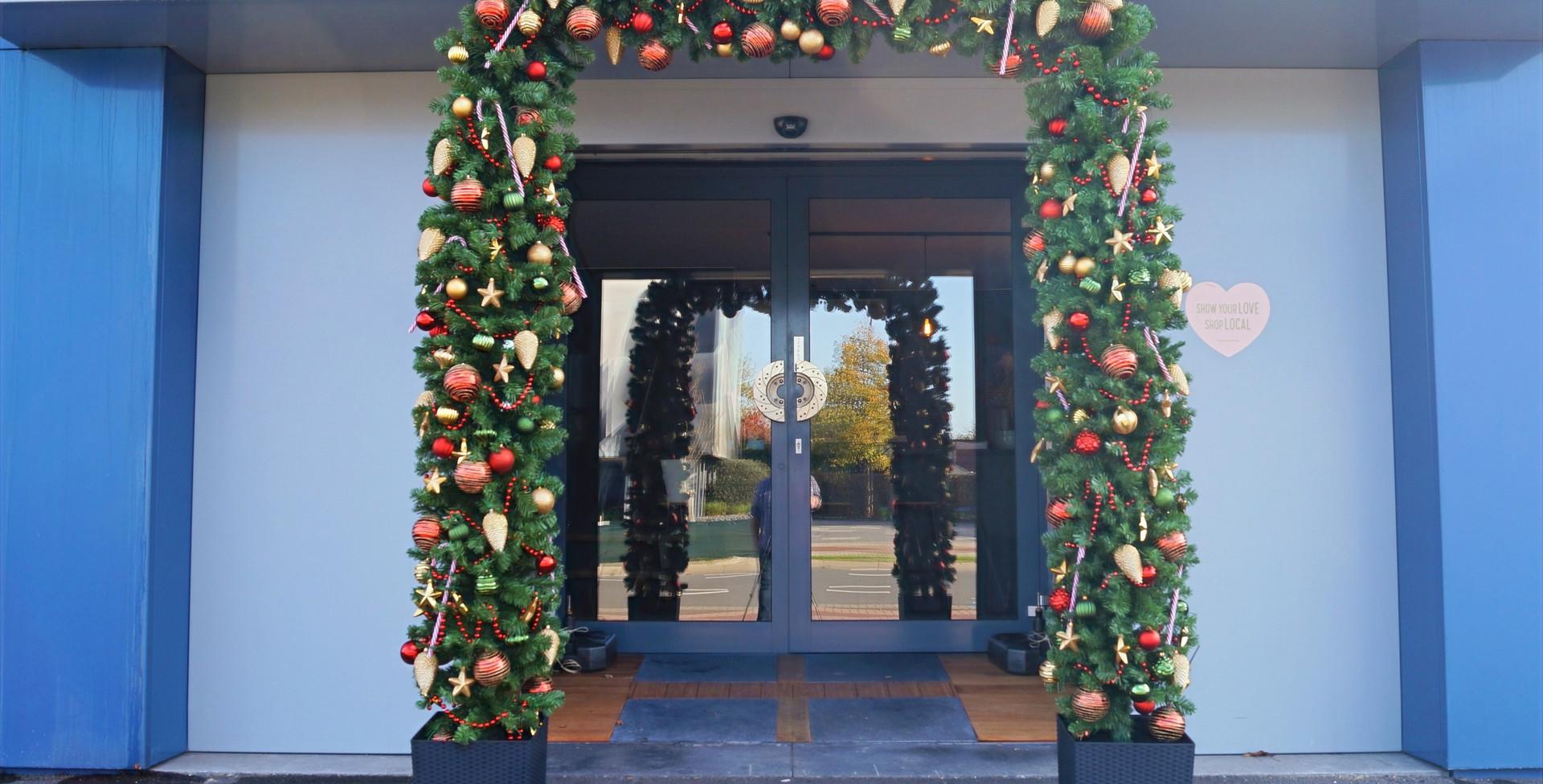 Kerstboog buiten vooraanzicht kerstboom