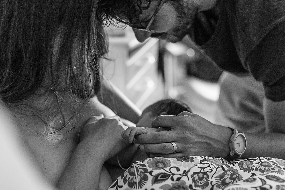 les moments d'où photographe naissance maternite montpellier bebe tiens doigts papa