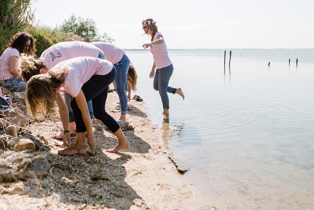 les moments d'où - shooting evjf les pieds dans l'eau en camargue