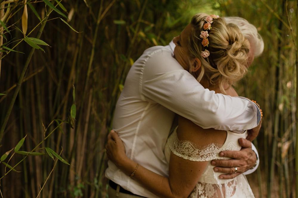 les moments d ou - garden party au clos herminier - photographe mariage boheme montpellier camargue - photo couple