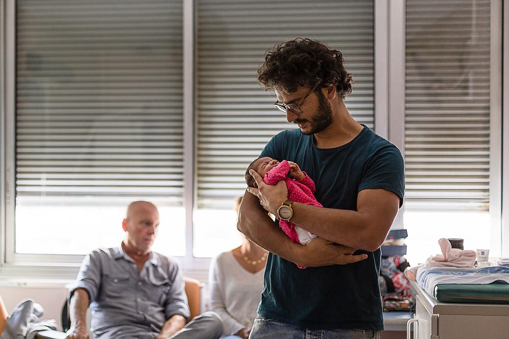 les moments d'où photographe naissance maternite montpellier les bras de papa
