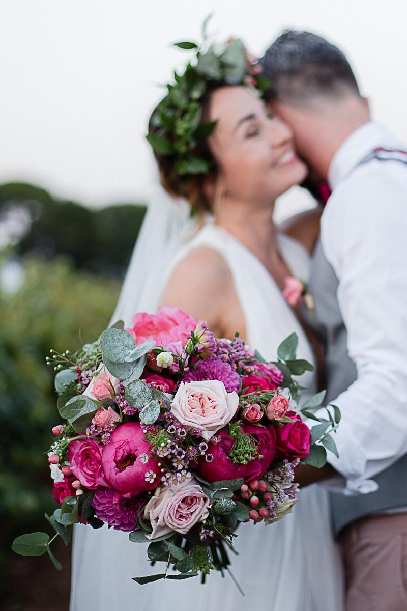 photos couple et bouquet mariee au domaine fon de rey - les moments d'où photographie