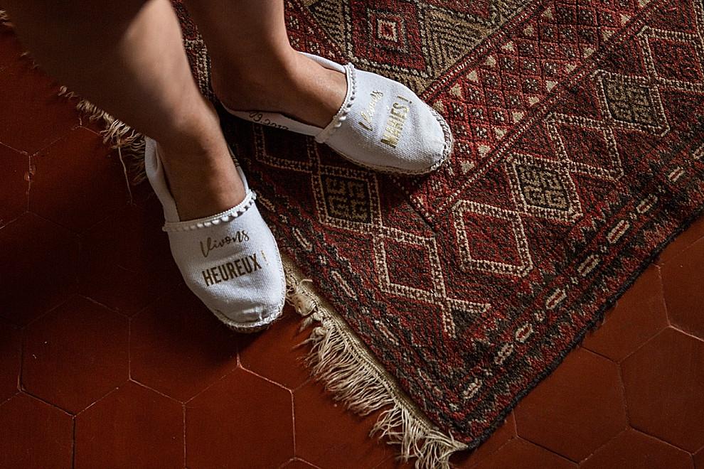 les-moments-d-ou-mariage-franco-marocain-mas-saint-florent-arles-détails-espadrilles-personnalisees