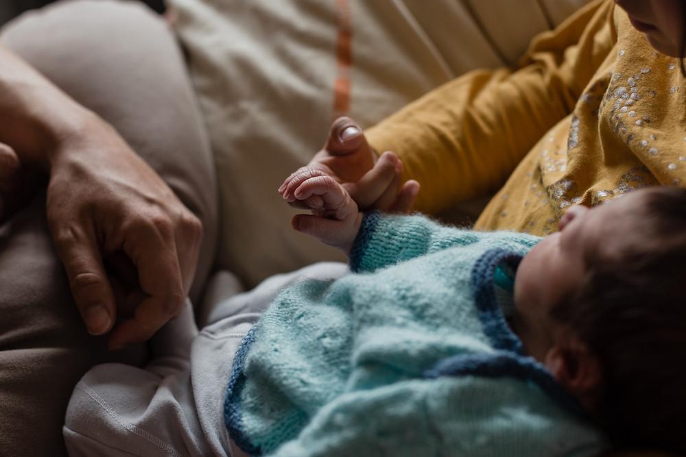 les-moments-d-ou-reportage-naissance-en-maternite-bebe-tiens-doigt-de-sa-soeur