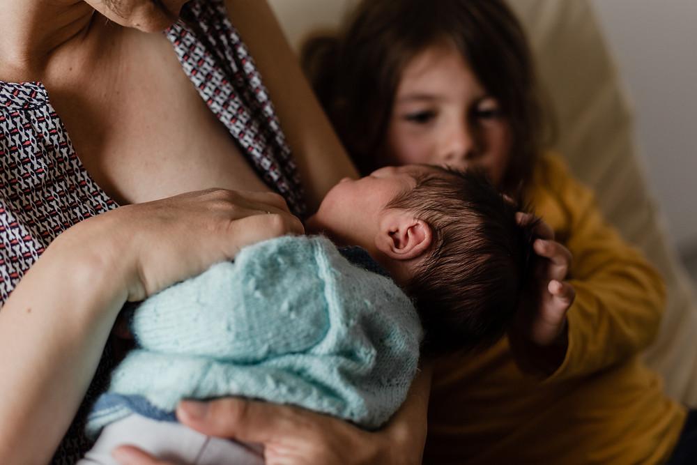 les-moments-d-ou-reportage-naissance-en-maternite-calin-soeur