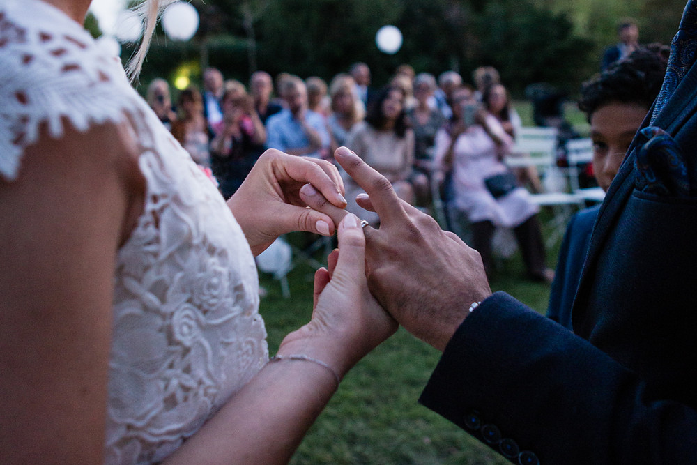 les-moments-d-ou-mariage-franco-marocain-mas-saint-florent-arles-ceremonie-laïque-echange-alliances-au-crepuscule