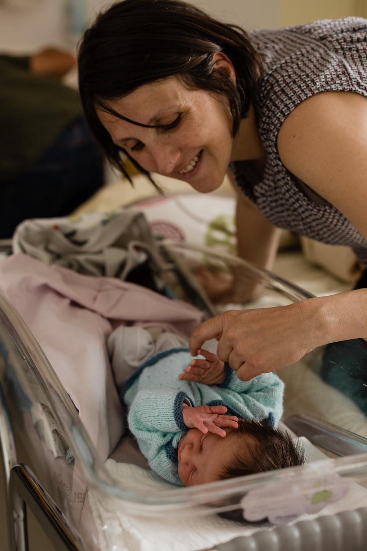 les-moments-d-ou-reportage-naissance-en-maternite-bebe-dans-son-couffin