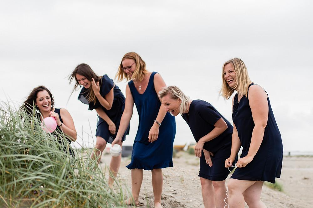 les moments d'ou - rires joyeux d'un enterrement de vie jeune fille aux saintes-maries-de-la-mer