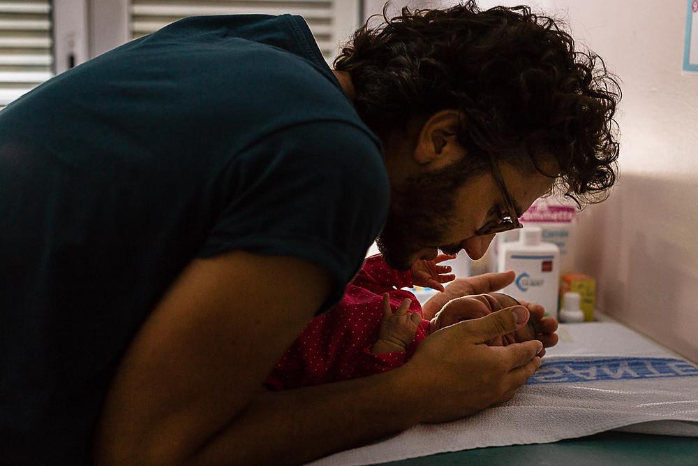 les moments d'où photographe naissance maternite montpellier papa apaise premiers pleurs