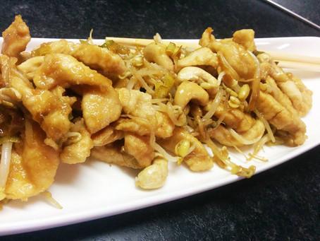 Pollo con anacardi germogli e salsa di soia