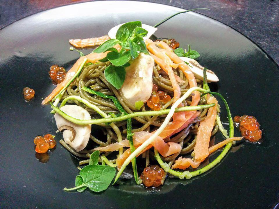 Spaghetti alla Spirulina e Farro con Salmone Affumicato e Funghi crudi