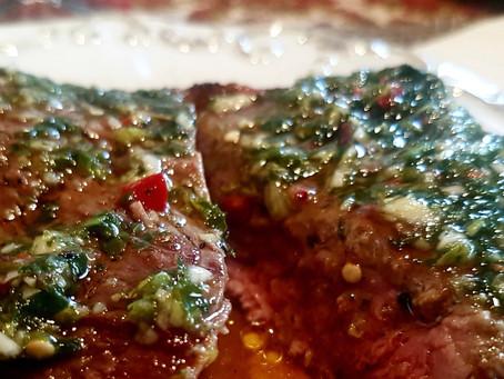 Argentina: asado con salsa chimichurri