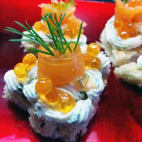 Tartine alla crema di formaggio, erbe e lime con salmone affumicato