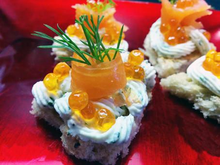 Tartine con salmone affumicato, formaggio, aromi e lime