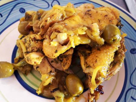 Marocco: Pollo speziato con limone e olive in Tajine