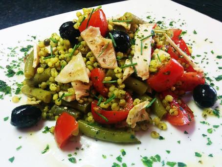 Insalata di sorgo al curry con petto di pollo alla piastra, fagiolini e olive