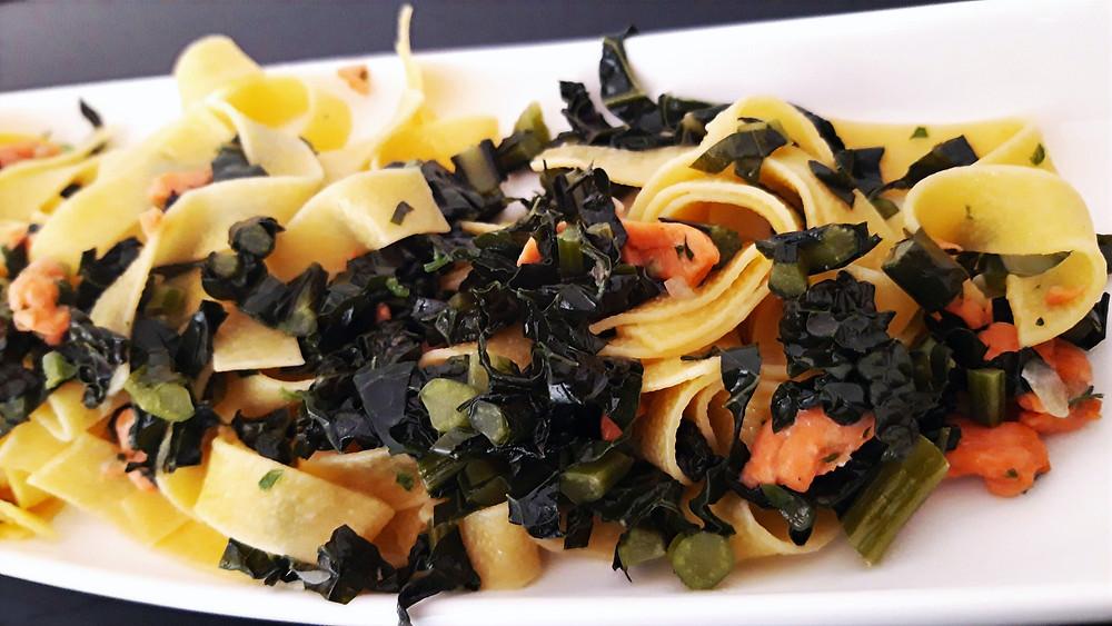 Tagliatelle con cavolo nero e salmone affumicato