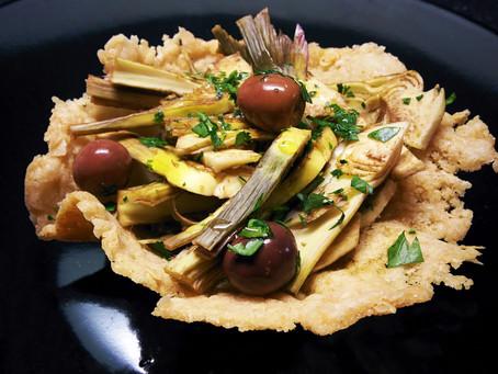 Cestini di parmigiano con carciofi crudi, olive e prezzemolo