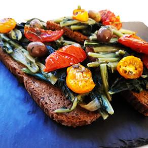Bruschetta di Catalogna saltata con Acciughe, peperoncino e Pomodorini al forno