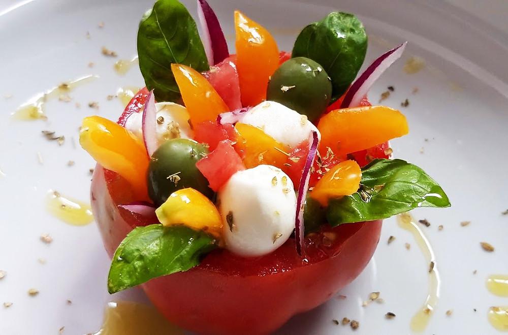 Pomodoro ripieno di mozzarella, olive, basilico