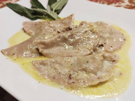 Ravioli di farina di castagne ripieni di verza, radicchio, noci e formaggio grana.
